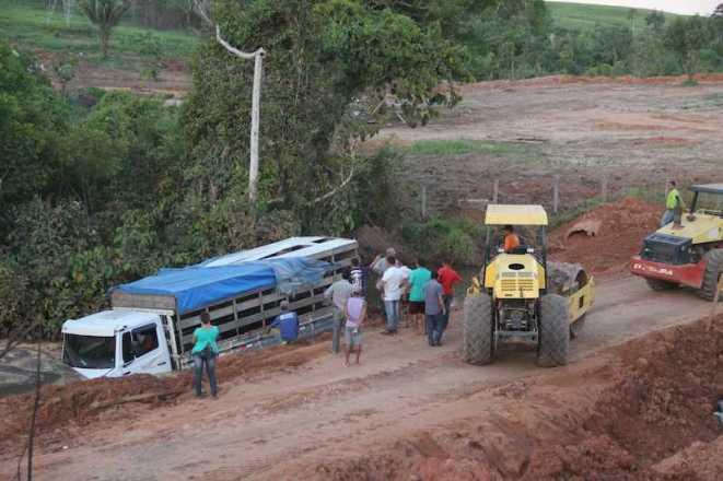 Duas máquinas tentaram em vão retirar o caminhão de dentro do córrego - Fotos: Alexandre Lima