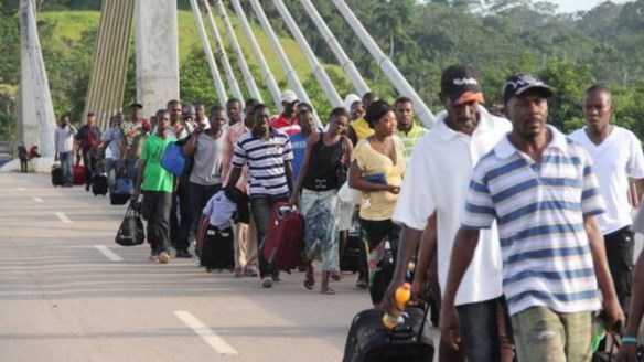 Haitianos atravessando a ponte que liga o Brasil ao Peru através do Acre - Foto: Alexandre Lima/Arquivo