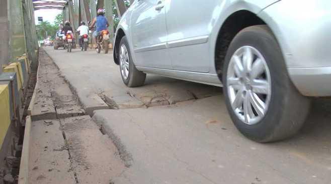 Buracos no asfalto da ponte está irritando população - Foto: Captura
