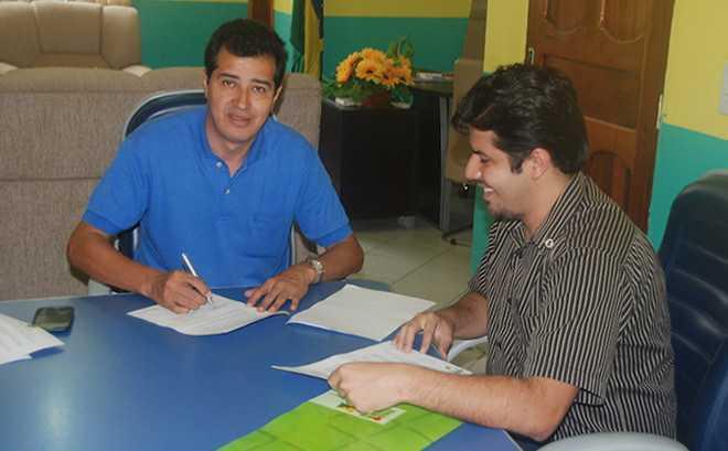 Prefeito Humberto Filho, firmando parceria com o Ifac na cidade de Assis Brasil - Foto: Assessoria