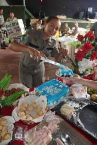 Sargento Filgueiras, um dos homenageados cortando o bolo para os colegas