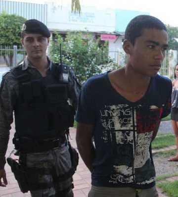 Igor foi preso horas depois num bar próximo ao Bairro Eldorado e mostrou onde estava a faca que usou - Foto: Alexandre Lima
