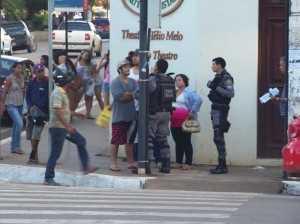 Militante da JPT encara um policial militar após ser abordado