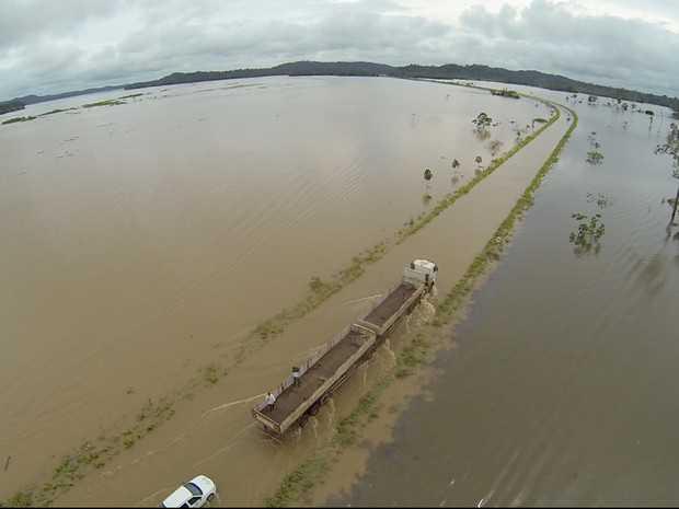 Nível do Rio Madeira continua subindo e com isso o tráfego pela BR-364 permanece ameaçado (Foto: Josenir Melo/ Secom Acre)