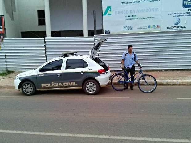 Condutor retira bicicleta de porta-mala para pedir ajuda (Foto: Davi Sahid/Arquivo pessoal)