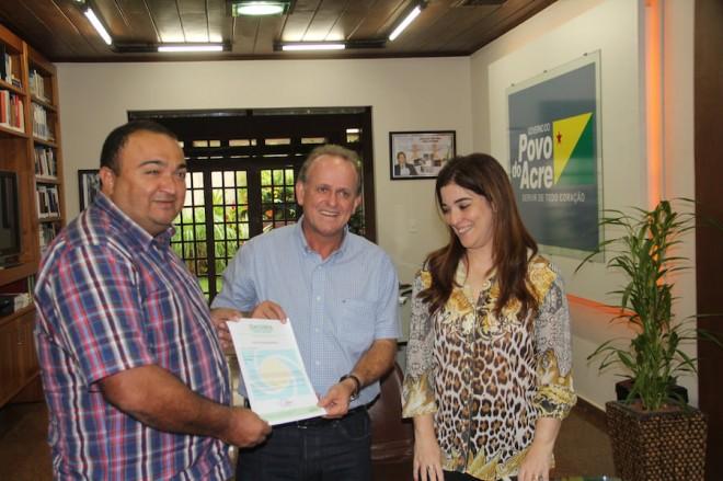 Joaquim foi recebido pelo governador em exercício, César Messias e a sub-chefe da casa civil, Nazaré Araújo - Foto: Alexandre Lima
