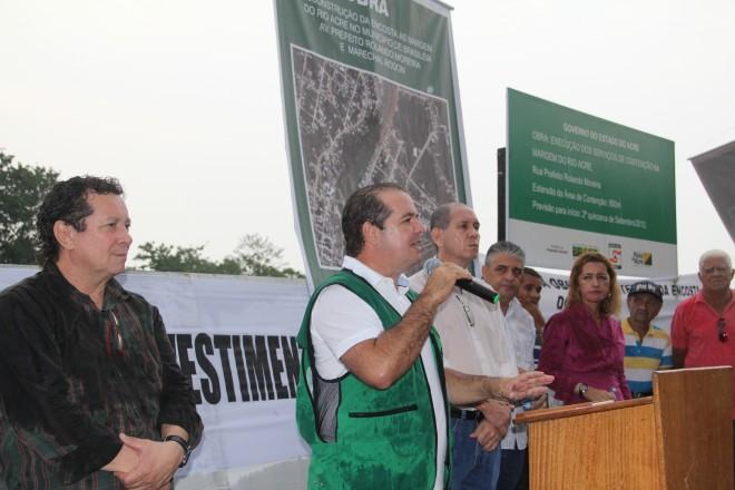 O ex-secretário de Obras Públicas do Estado, Wolvemar Camargo Filho (esquerda), esteve em Brasiléia em 2012 para anunciar o início das obras que iriam durar 7 meses - Foto: Arquivo/oaltoacre