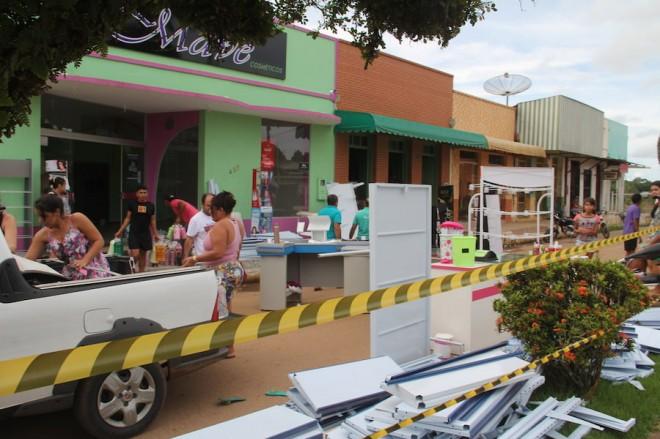 Parte da rua foi interditada durante a retirada dos produtos dos comércios - Foto: Alexandre Lima