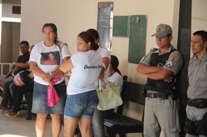 Familiares pedem justiça e acompanham o julgamento no Fórum - Foto: Alexandre Lima
