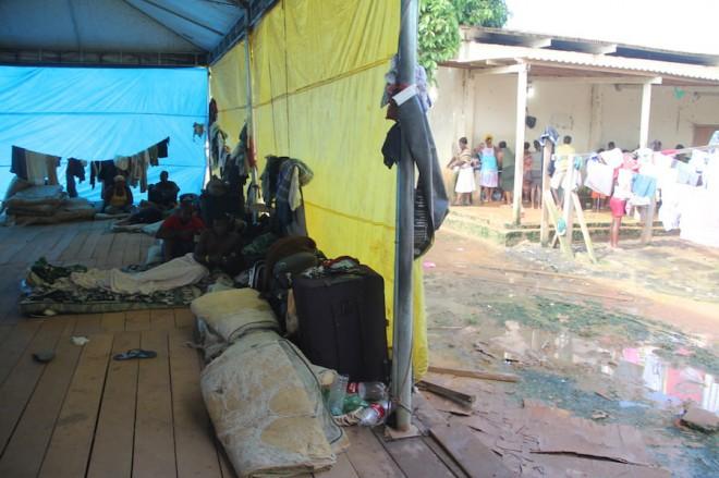 As tendas estão ao lado de lama mal cheirosa e acumulada das chuvas - Foto: Alexandre Lima