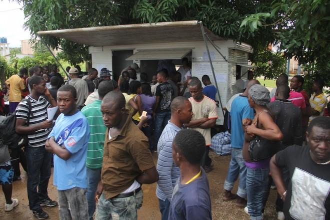 Mais de 2000 imigrantes estão se amontoando no abrigo erguido em local com capacidade para 400 - Foto: Alexandre Lima
