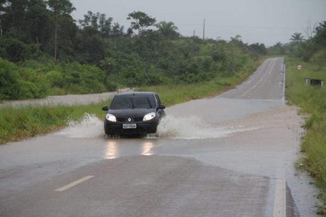 24 horas antes, uma forte chuva que durou todo o dia desta terça, dia 4, fez com que igarapés na BR 317 transbordassem - Foto: Alexandre LIma