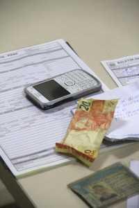 Aparelho e os R$ 20 reais, valor pelo qual foi vendido momento após ser roubado - Foto: Alexandre Lima