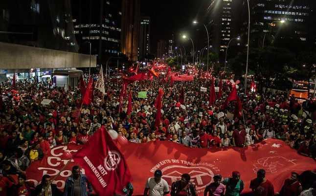 Manifestantes caminham à Marginal Pinheiros em protesto convocado pelo MTST, na quinta-feira (22). Foto: Futura Press