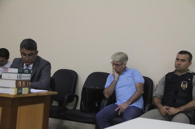 Luis Carlos, de camisa azul, acompanha seu julgamento - Foto: Alexandre Lima