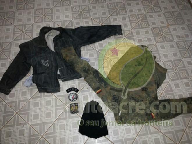 Jaquetas, parte do dinheiro roubado e uma touca deixados para trás no primeiro encontro
