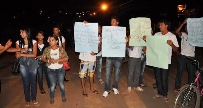 Os manifestantes querem mais policiamento no local e pedem, ainda, policiamento na escola/Foto: Selmo Melo/ContilNet Notícias