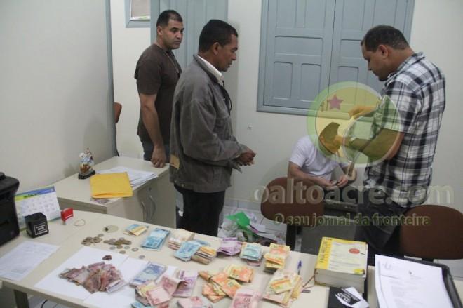Mais de R$ 25 mil reais foram recuperados após localizarem o cofre e serviriam para pagar contas - Foto: Alexandre Lima