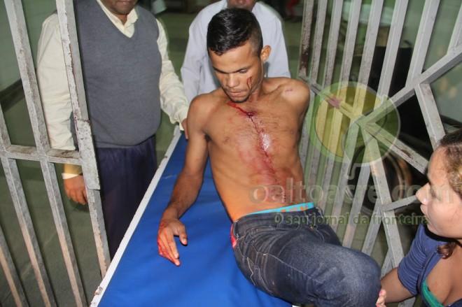 Anderson fugiu após ser atingido no peito e foi socorrido e levado ao hospital de Brasiléia - Foto: Alexandre Lima