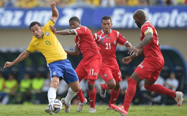 Fred disputa a bola com três jogadores do Panamá. Foto: Getty Images
