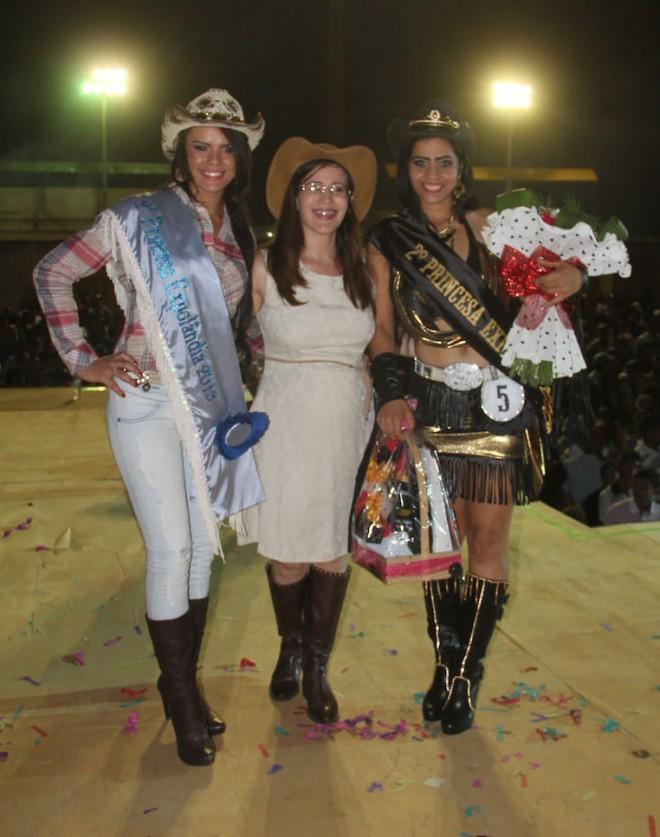 Primeira Dama de Epitaciolândia, Leane Hassem (c), entrgou o prêmio para segunda colocada, Lili Silva (direita) - Foto; Alexandre Lima