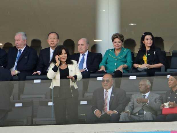 Dilma acompanha cerimônia ao lado do presidente da Fifa (Foto: Nilton Fukuda/Estadão Conteúdo)