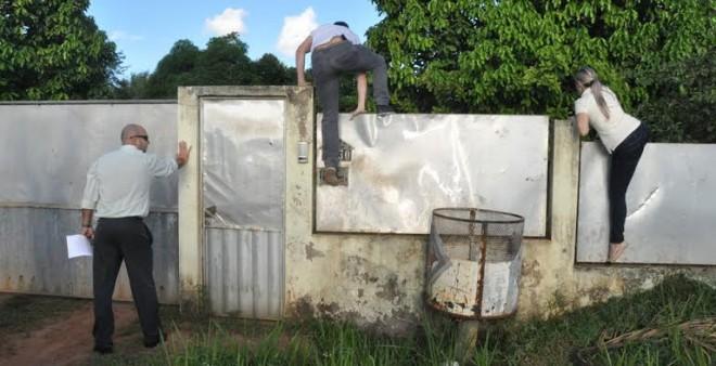 Agentes de polícia pulam o muro da chácara no início da estrada de Porto Acre/Foto: Ascom MPE