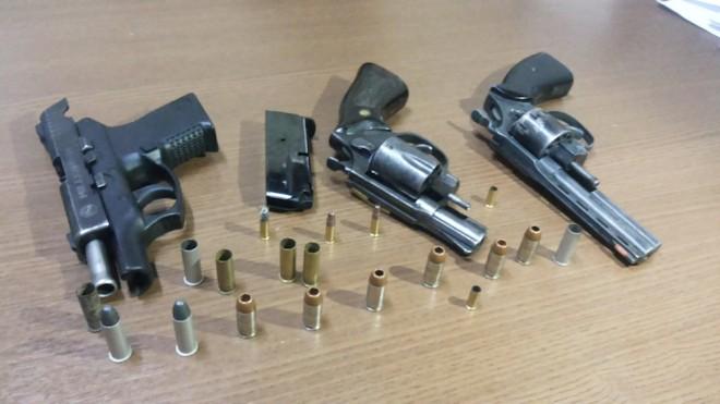 Duas das armas apreendidas, são importadas e não deveriam estar em solo brasileiro - Foto: Alexandre Lima