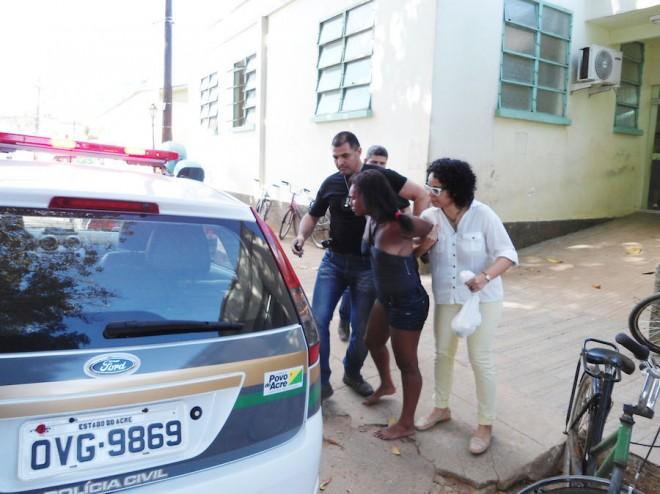 Mulher deu trabalho e tentou agredir os agentes quando era colocada dentro da viatura