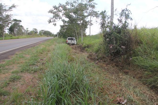 Camionete trafegou por cerca de 150 metros na lateral da BR - Foto: Alexandre Lima