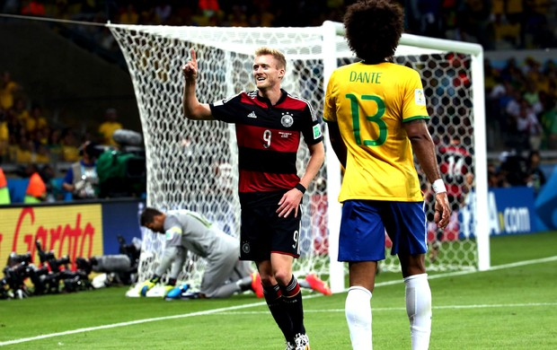 Schurrle comemora, e Julio César engatinha para longe da meta (Foto: André Durão / Globoesporte.com)
