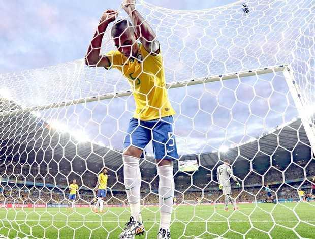 Fernandinho se pendura na rede depois de mais um gol da Alemanha: maior vexame da Copa (Foto: AP)