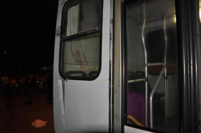A janela do ônibus ficou danificada após bater em um poste