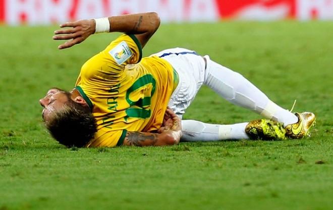 Neymar ficou se contorcendo no gramado após sofrer a pancada (Foto: Reuters)