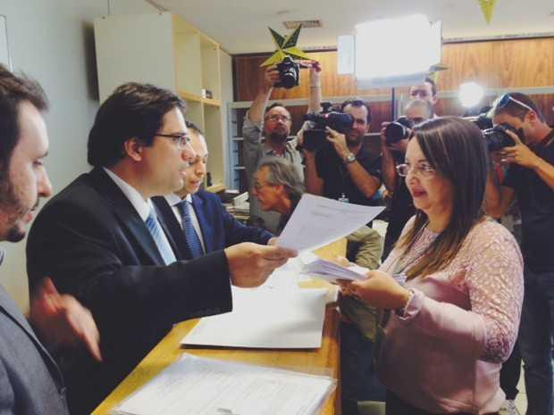 O advogado do PSDB Flávio Henrique entrega documentos para protocolar a candidatura de Aécio Neves ao Planalto (Foto: Filipe Matoso / G1)