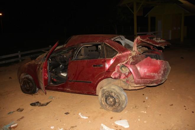 Carro ficou destruído após capotar por duas ou três vezes quando chega na zona urbana de Brasiléia - Foto: Alexandre Lima
