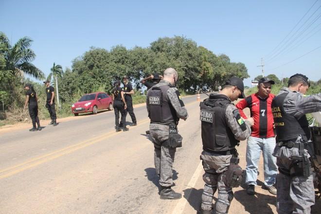 Carros, Motos e pessoas com seus documentos foram revistados na blitz surpresa - Foto: Alexandre Lima