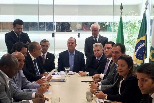 Pastor Everaldo (ao centro), durante reunião do PSC que definiu apoio a Aécio Neves (Foto: Paulo Melo/G1)