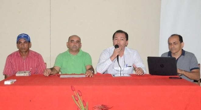 Everaldo Gomes, (camisa verde), esteve na reunião junto com o representante do Incra no Acre em Brasiléia - Foto: Assessoria