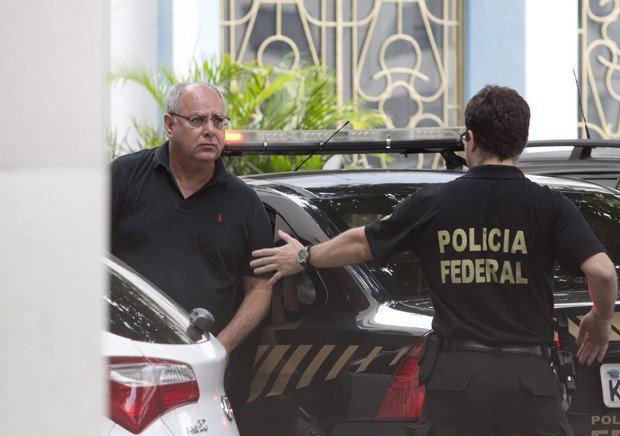 O ex-diretor de serviço da Petrobras, Renato Duque, chega à sede da Polícia Federal no Rio de Janeiro (Foto: Márcia Foletto/Agência O Globo)