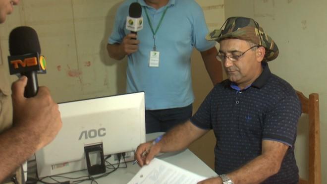 Momento em que Everaldo apresenta o documento onde decreta Estado de Emergência oficial em Brasiléia.