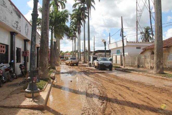 Nenhuma rua localizada na parte antiga da cidade foi poupada pelas águas barrentas do rio Acre. As fotos são de Alexandre Lima