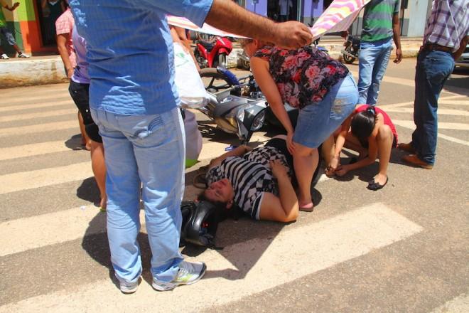 Mulher ficou por longos minutos no chão quente a espera de uma ambulância que não chegou - Foto: Alexandre Lima