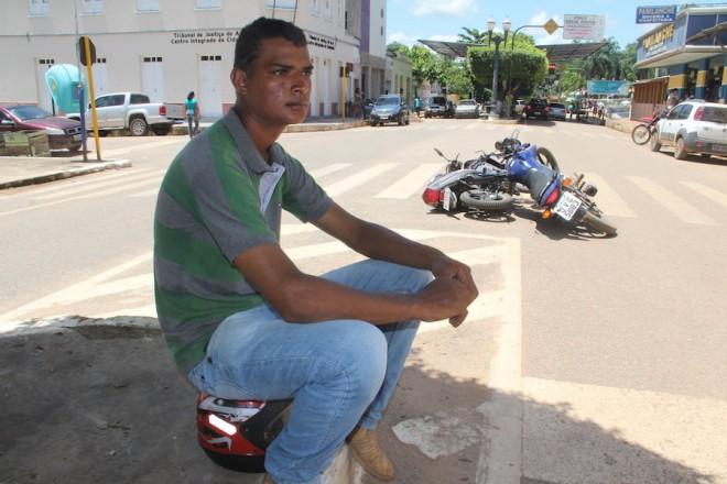 Weliton ficou no local do acidente a espera do perito e policiais - Foto: Alexandre Lima