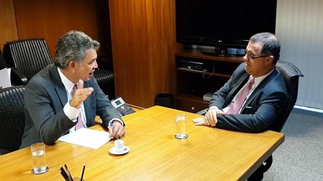 Senador Sérgio Petecão (PSD-AC) à esquerda, e ministro da Previdência Social, Carlos Eduardo Gabas. (Assessoria/Sérgio Petecão)