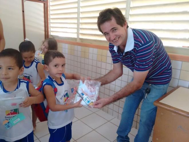 Prefeito Marcinho Miranda (PSDB), durante entrega do skits aos alunos da rede pública - Foto: Assessoria