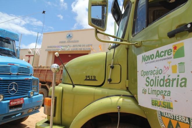 """Todos os veículos com adesivos da campanha """"Acre Solidário"""" foram embora de Brasiléia - Foto: Alexandre Lima"""