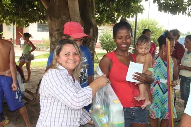 Primeira dama, Marisanta Rodrigues, esteve presenta durante a entrega dos sacolões em Brasiléia - Foto: Alexandre Lima