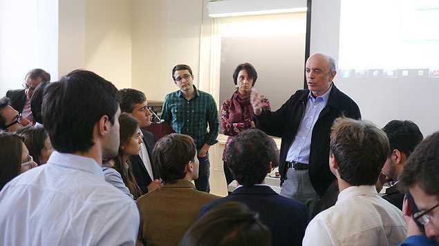 O senador José Serra (PSDB-SP) conversa com alunos após palestra na universidade de Harvard (EUA)