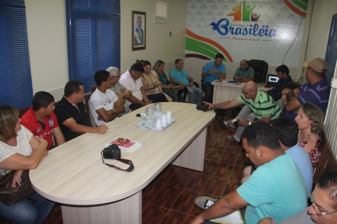 No gabinete do prefeito de Brasiléia, onde foi recebido por vereadores, secretários e convidados - Foto: Alexandre Lima